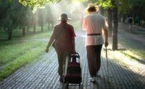 老人什么时段散步最好 老人散步的好处有哪些