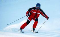 去滑雪穿什么颜色衣服 滑雪可以穿冲锋衣吗
