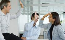 男同事对你有好感的表现 男同事对你暧昧怎么办